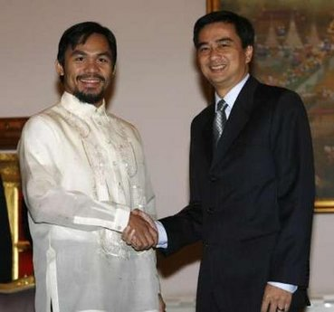 Manny Pacquiao shakes hands with Thai Prime MInister Abhisit Vejjajiva at the Government House in Bangkok last 25th May.
